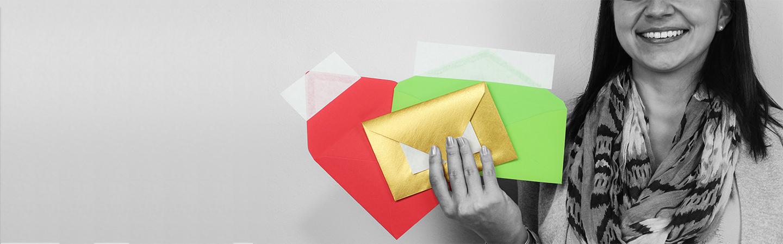 Farbige Briefumschläge mit spitzer Klappe und Haftklebung. Einzigartig. Innovativ.